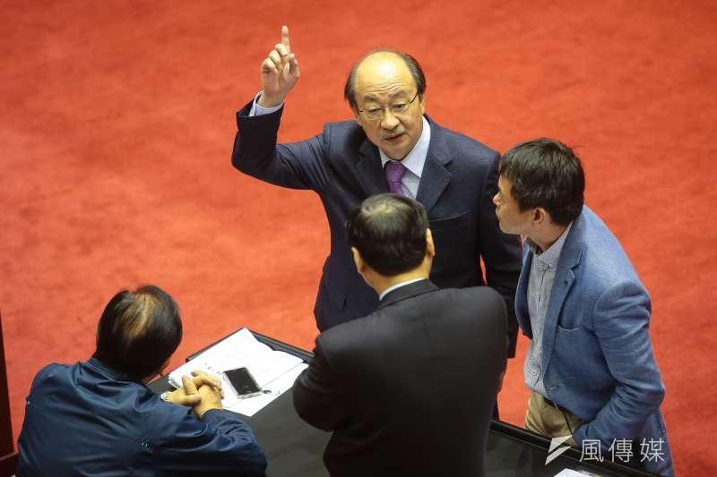20180105-民進黨總召柯建銘5日出席立院全院委員會,並於議場內與國民黨團幹部交談。(顏麟宇攝)