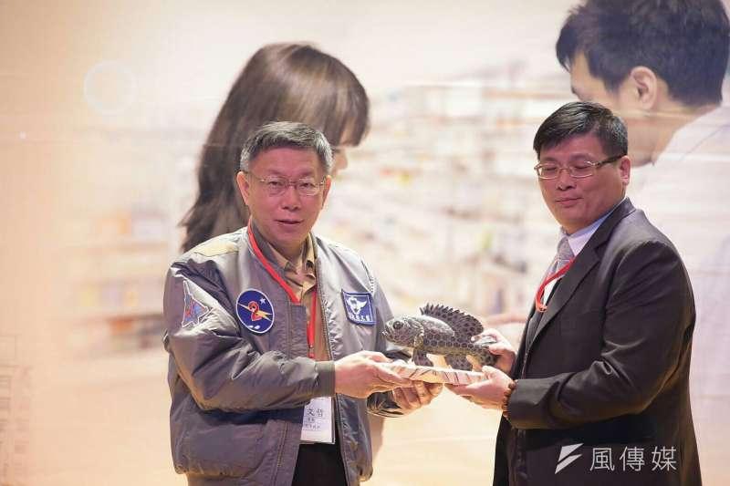 台北市長柯文哲與澎湖縣副縣長林皆興簽署「家庭藥師」到宅合作計畫。(台北市政府提供)