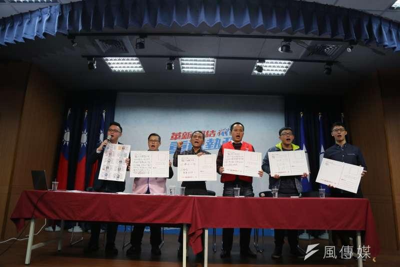 2018-01-07-抗議勞基法修惡,國民黨製作過勞心聲產生器、與不同勞工代表一同召開記者會。(羅暐智攝)