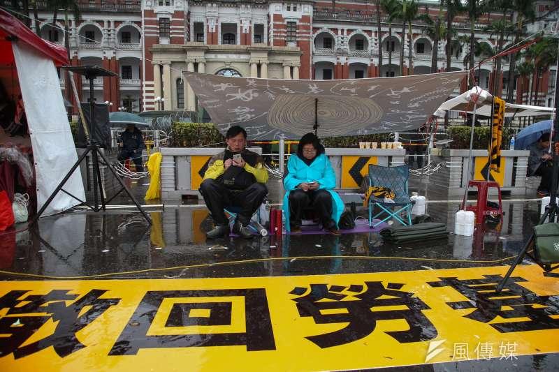 時代力量立委為撤回勞基法,在總統府前寒雨中持續抗爭。(陳明仁攝)