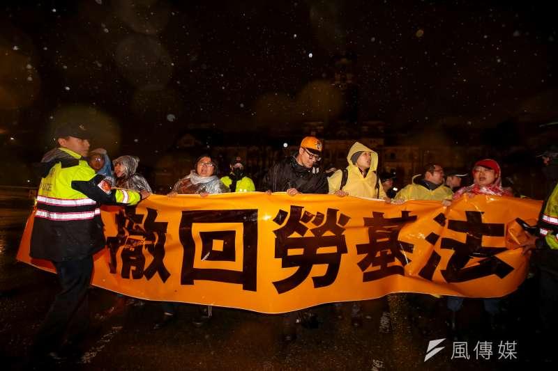 台北市警局8日凌晨4點15分,針對府前靜坐的時代力量立委及助理,實施保護帶離,並清空府前廣場。(顏麟宇攝)