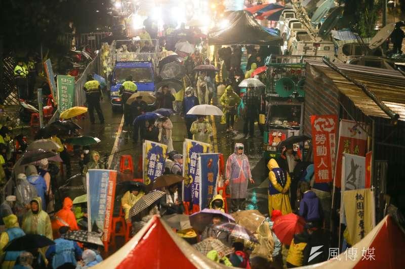 《風傳媒》記錄反修《勞基法》抗爭最後戰場的第一天(8日),從一早勞團於台北城市街頭游擊,到夜間臥軌抗爭。(資料照,陳明仁攝)