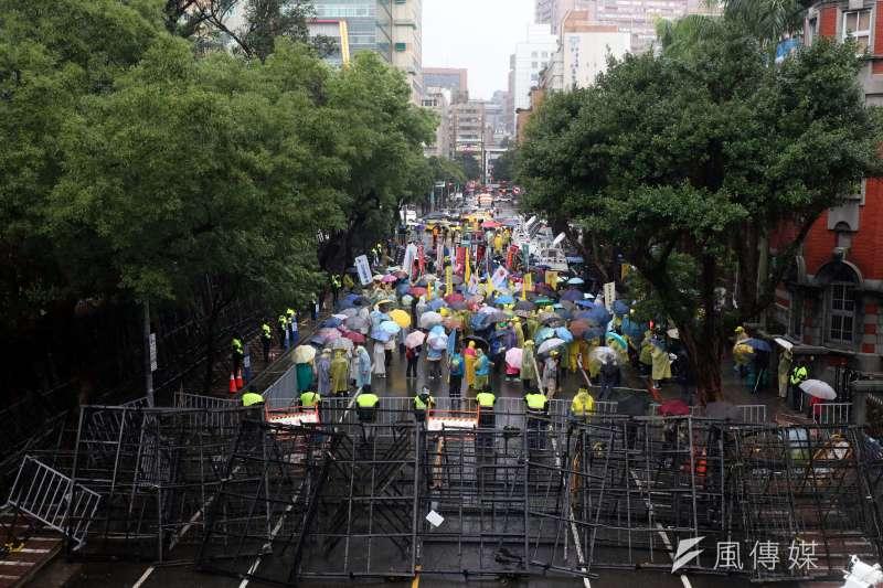 拒馬圍城已經成為台北中央機關周邊的常態景觀。圖為勞基法抗爭,立法院外的拒馬蛇籠。(蘇仲泓攝)