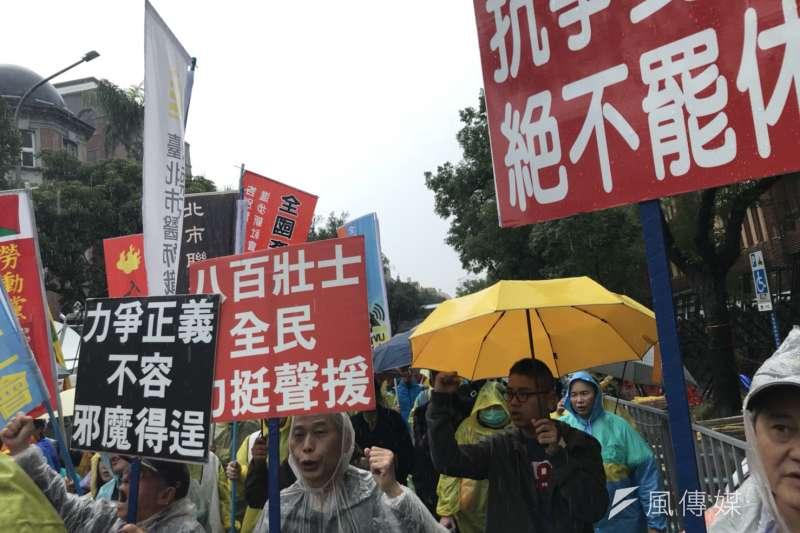 2018-01-08-五一行動聯盟等勞團號召夜宿立法院,反修惡勞基法。八百壯士也來舉牌聲援。(謝孟穎攝)