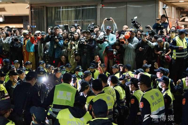 勞團8日於台北車站月台臥軌,遭警方抬離現場。(資料照,盧逸峰攝)