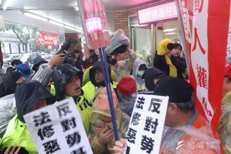 五一行動聯盟等勞團8日號召群眾於立法院外夜宿紮營,反修惡勞基法,並與警方於青島東路發生衝突。(蘇仲泓攝)