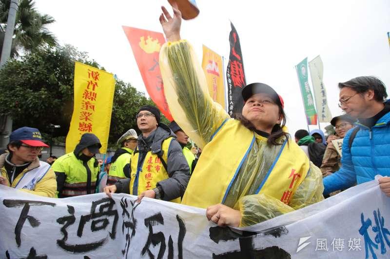 社會不平等惡化導致更多政治、經濟與社會問題;圖為向總統府丟擲拖鞋已示抗議的勞工。(顏麟宇攝)