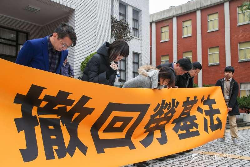 時力黃國昌等五位立委在議場門口外,數度鞠躬向全國勞工道歉,並宣佈全面退出勞基法修法過程。(陳明仁攝)
