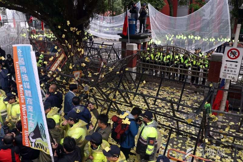 《勞基法》修法,勞動部認為並未違反人權。圖為民眾抗議修法,警方架起攔截網戒備。(資料照,蘇仲泓攝)