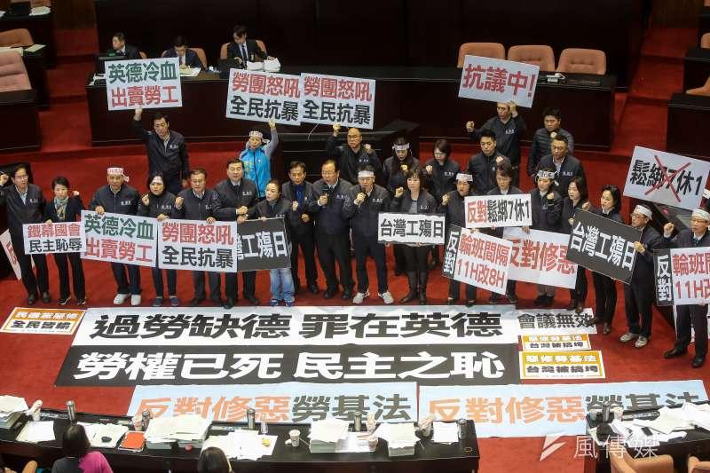 國民黨立院黨團10日於勞基法部分條文修正草案通過後於議場內舉牌抗議。(顏麟宇攝)