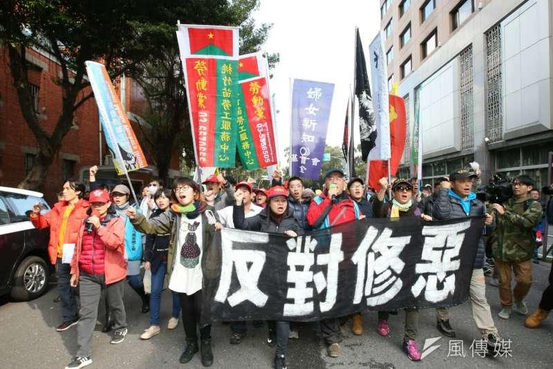 20180110-勞基法10日三讀通過,勞團於政院外抗議。(陳明仁攝)