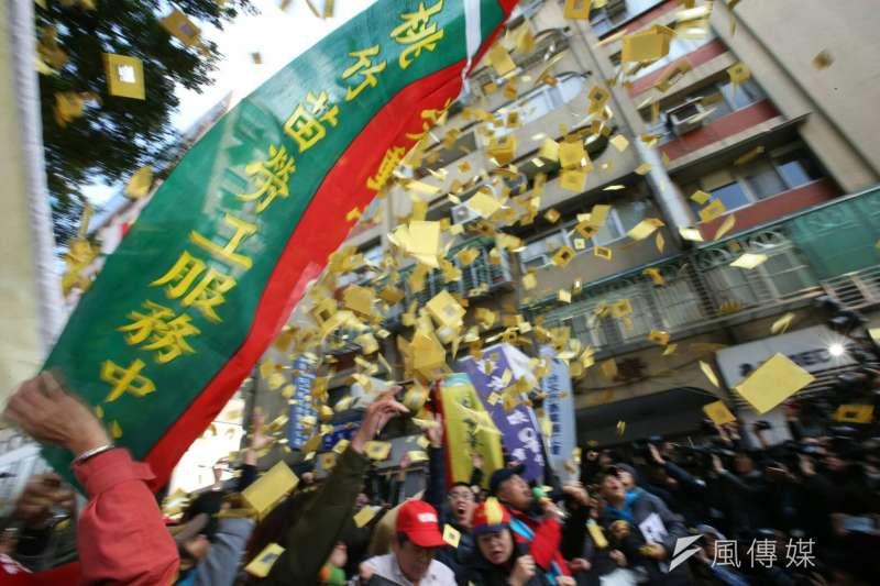勞基法10日三讀通過,勞團於政院外抗議,撒冥紙送財團、民進黨。(陳明仁攝)