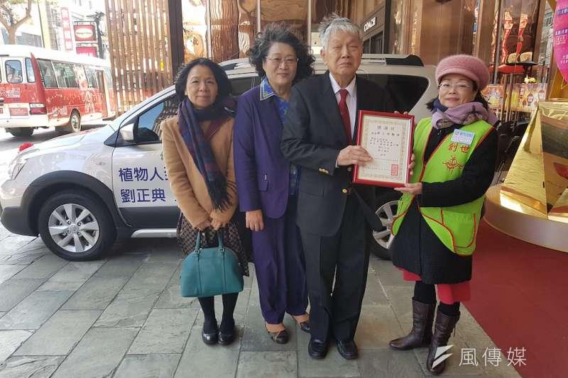 服務於北醫大的劉正典醫師11日贈車給新竹創世,做為植物人到宅服務使用。(圖/方詠騰攝)