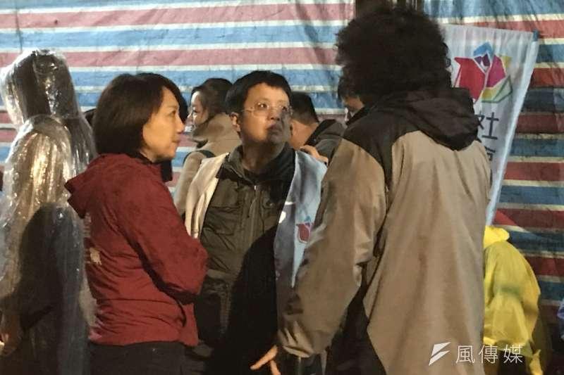 20180109- 社民黨召集人范雲1月9日夜間現身反修勞基法夜宿地點。(謝孟穎攝)