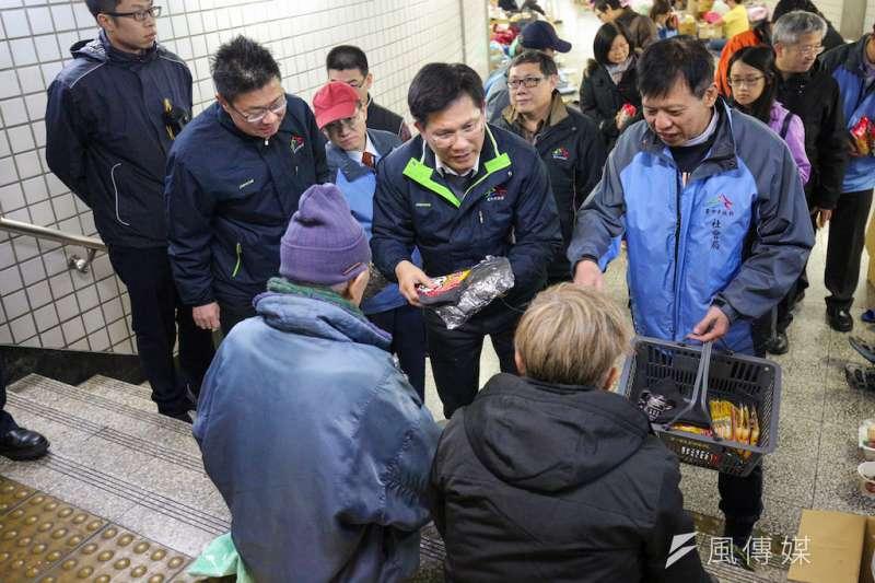 寒流來襲,台中市長林佳龍11日夜晚前往台中火車站地下道關懷街友,發放毛帽、手套、暖暖包等禦寒用品讓街友保暖。(圖/曾家祥攝)