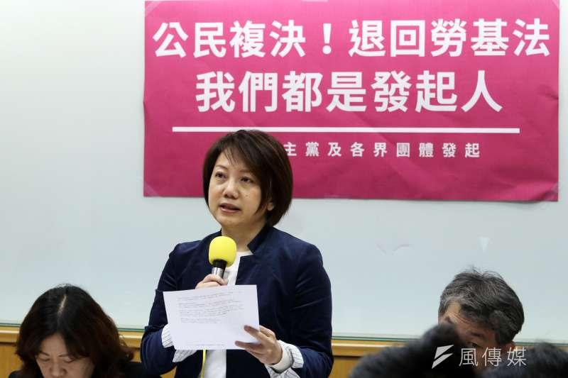社民黨與民團12日上午召開「公民複決!阻止勞基法倒退修法」聯合記者會。(蘇仲泓攝)