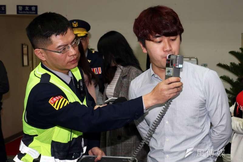 台灣人喝酒捨得拿上千元的好酒「解渴」,豪飲文化導致酒駕不斷。(蘇仲泓攝)