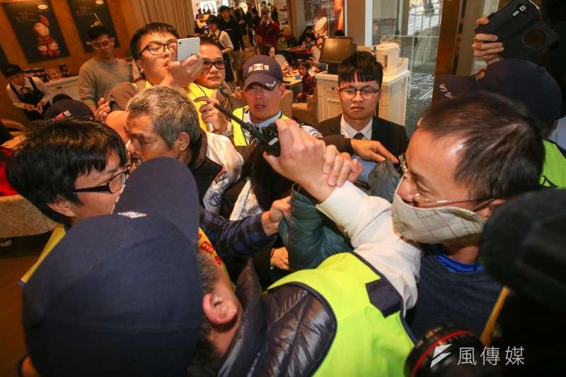 美麗華工會21日前往內湖美麗華抗議不當解雇,並和大批保全發生推擠。(陳明仁攝)