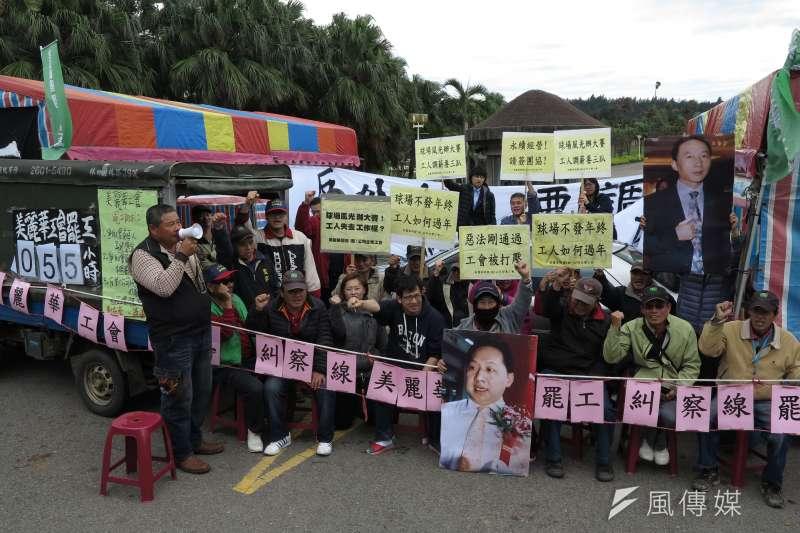 美麗華工會21日持續於球場門口進行罷工。(顏麟宇攝)