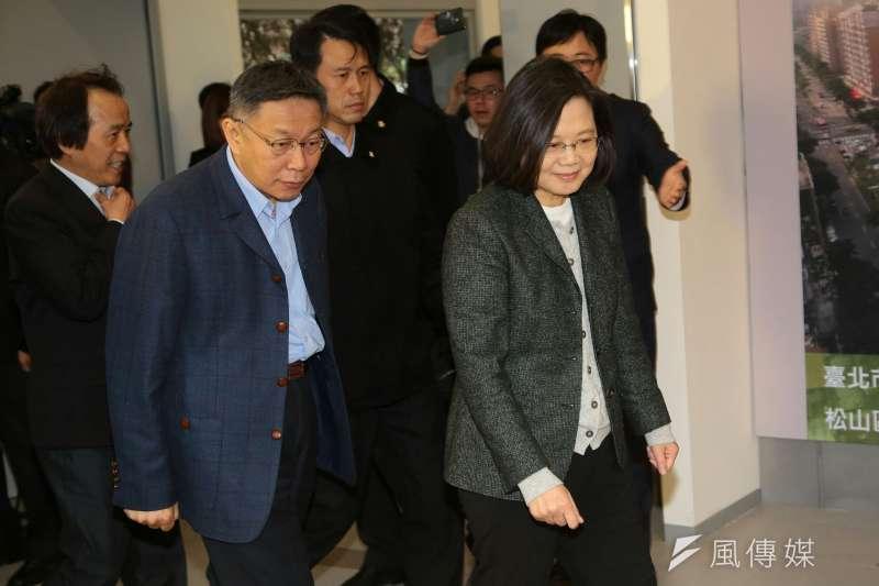 總統蔡英文26日前往台北市健康公宅視察,台北市長柯文哲親自迎接陪同。(顏麟宇攝)