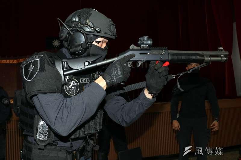 20180126-保一總隊維安特勤隊下午接受媒體採訪,現場由隊員展示霰彈槍等武器裝備。(蘇仲泓攝)