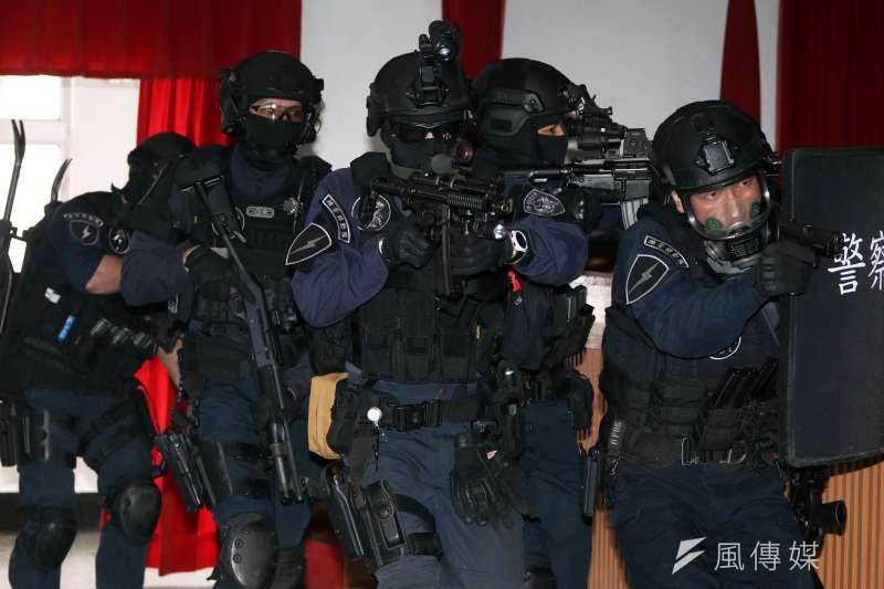 保一總隊維安特勤隊下午接受媒體採訪,現場進行攻堅隊形演練。(蘇仲泓攝)