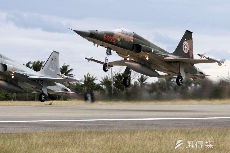 國軍107年春節加強戰備,第二站來到空軍台東第七飛行訓練聯隊,圖為F-5型機起飛。(蘇仲泓攝)