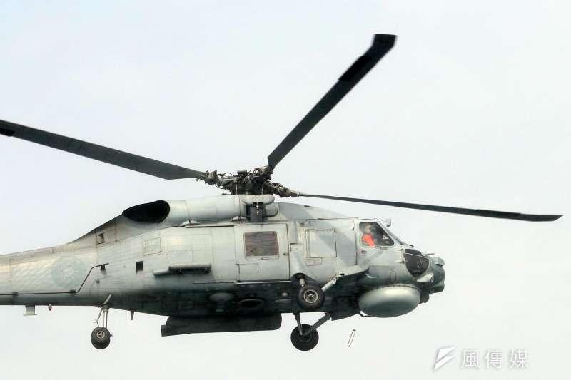 20180131-107年國軍春節加強戰備媒體邀訪活動,第三戰來到海軍左營軍港,實地觀看海軍進行布雷、獵雷的各項操演。圖為海軍S-70C(M)反潛直升機進行空中觀雷。(蘇仲泓攝)