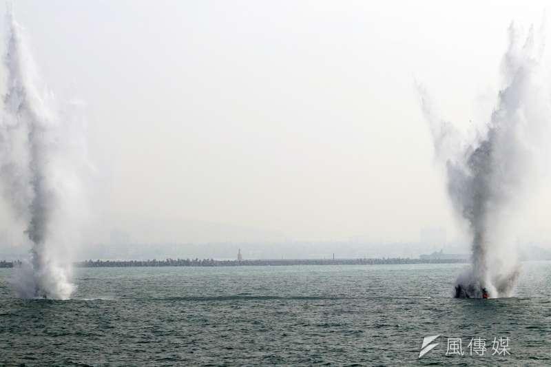 海軍31日於左營軍港進行布雷、獵雷等各項操演。圖為水雷清除小組人員模擬進行水雷爆破。(蘇仲泓攝)