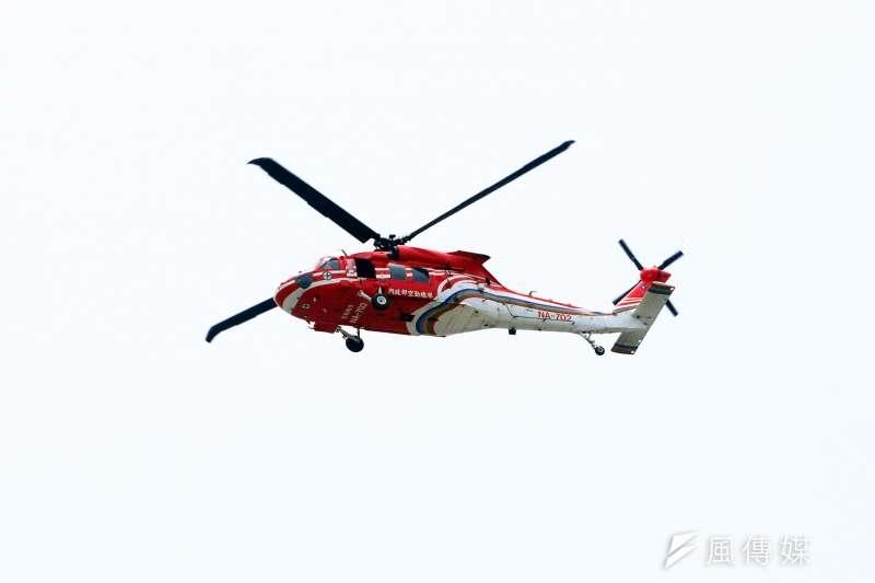 空勤總隊UH-60M編號706的黑鷹直升機昨(5)日深夜失聯至今仍無下落,此為自2002年至今離島緊急醫療後送勤務首次的飛安事件,同時也暴露出離島地區醫療資源不足的問題。圖為空勤總隊黑鷹直升機,與此次失事的直升機為相同型號。(蘇仲泓攝)