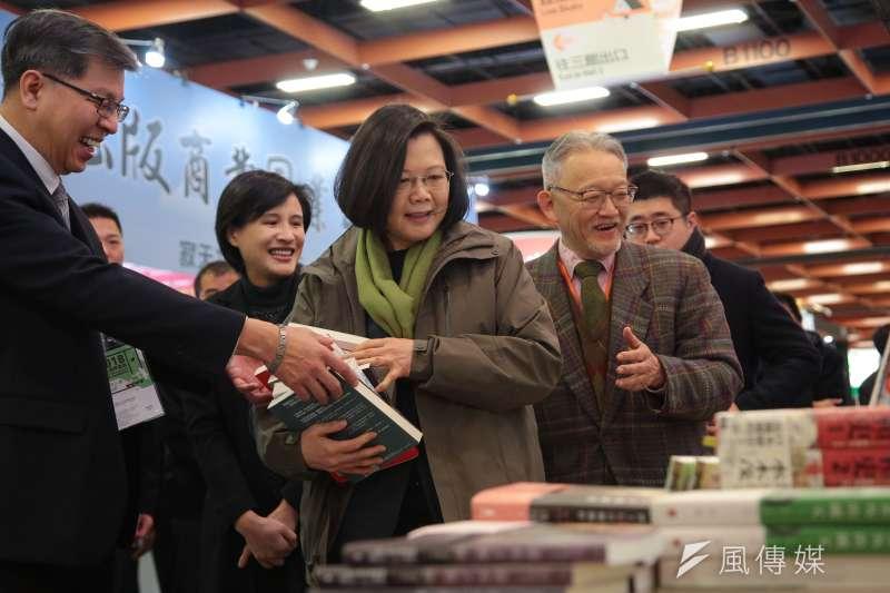 總統蔡英文6日出席「第26屆台北國際書展開幕暨頒獎典禮」,並由讀書共和國出版社董事長郭重興陪同參觀選購。(顏麟宇攝)