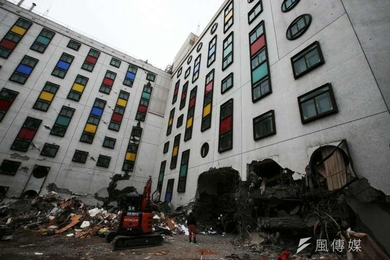 花蓮地震,統帥大飯店1、2樓坍毀,消防、國軍救災人員救援現場。(陳明仁攝)