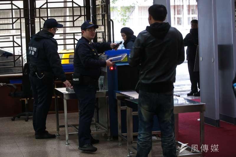 台灣法警工會發起人代表簡嘉達表示,法警們衍生出「丟班」地下經濟,若找同事代班,還要包一天3000元給同事,除夕價碼甚至可漲到5000元。(顏麟宇攝)