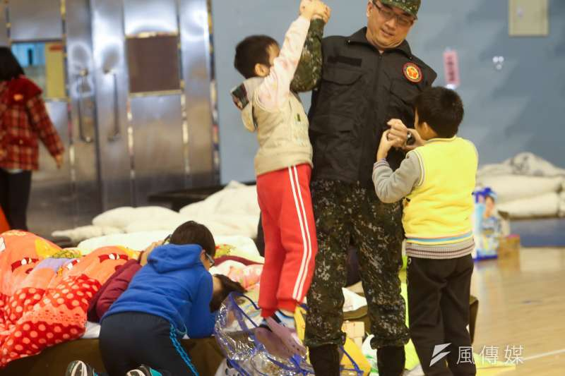 花蓮地震後在花蓮小巨蛋成立收容中心,來自國軍八O五醫院,專擅壓力創傷的林姓醫官(中),陪小朋友玩了起來。(陳明仁攝)