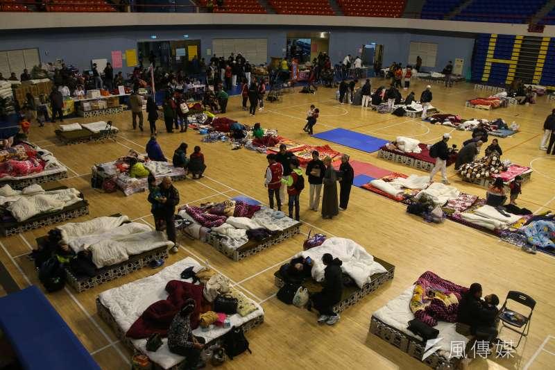 花蓮地震後在花蓮小巨蛋成立收容中心,收容許多驚惶失措的災民遊客。(陳明仁攝)