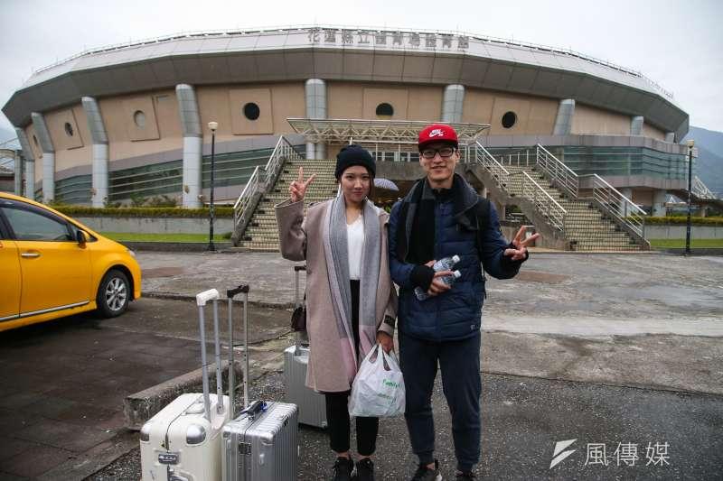 來自北京理工大學研究所的陳同學(右),與女友、中國人民大學研究所邱同學學業完成,選擇台灣到旅遊,當做畢業旅行,沒想到碰上花蓮地震。(陳明仁攝)