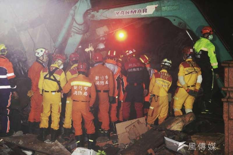 20180207-花蓮地震中災情嚴重的雲門翠堤大樓,救難人員把握黃金時間,連夜在低溫、大雨、餘震中搶救。(陳明仁攝)