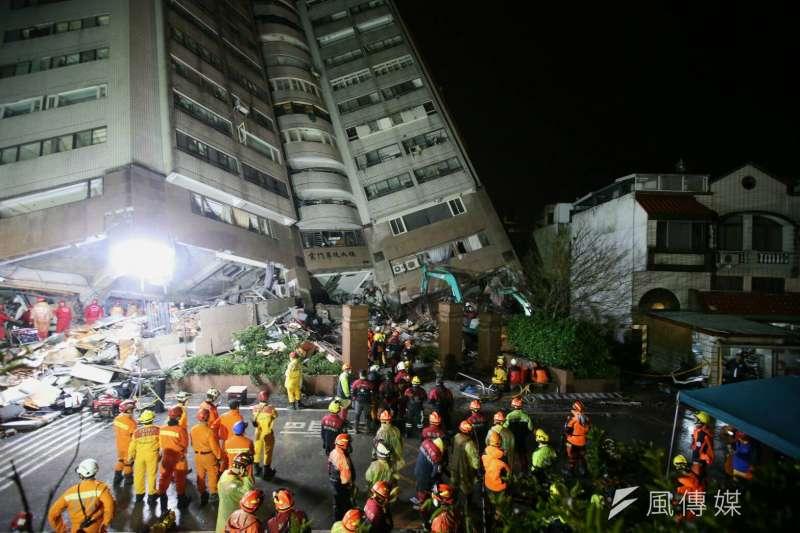 花蓮地震中災情嚴重的雲門翠堤大樓,救難人員把握黃金時間,連夜在低溫、大雨、餘震中搶救。(陳明仁攝)