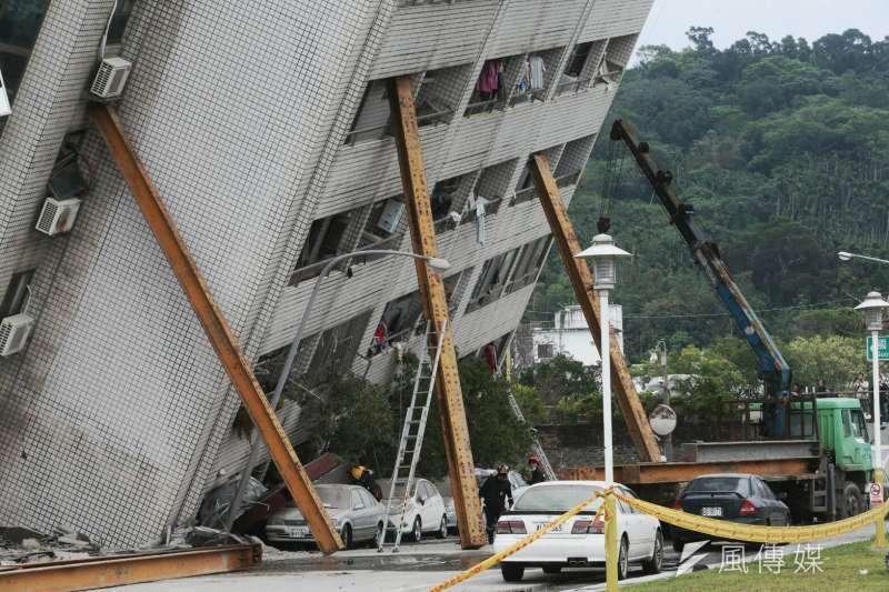 2018-02-07-花蓮雲門翠堤大樓倒塌,消防、國軍救援現場,傾斜面出動H鋼架支撐。花蓮地震。(陳明仁攝)