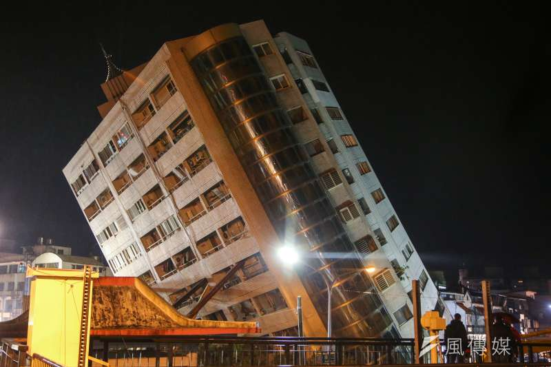 花蓮地震主震後餘震頻仍,已經累積一百多次,下陷並傾斜的雲翠大樓,今晚不斷加撐鋼樑柱,以防倒塌。(陳明仁攝)