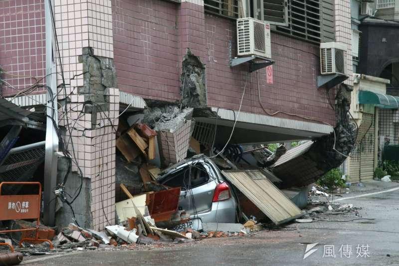 作者指出,無論是921或是這次的花蓮大地震,主要的房屋的傾倒災害,都是發生在發生錯動的斷層附近。而房子蓋在活動斷層旁邊,就算房屋的設計與施工都夠嚴謹,品質良好。也很難確保建築物可以在這種極端狀態下存活。(陳明仁攝)