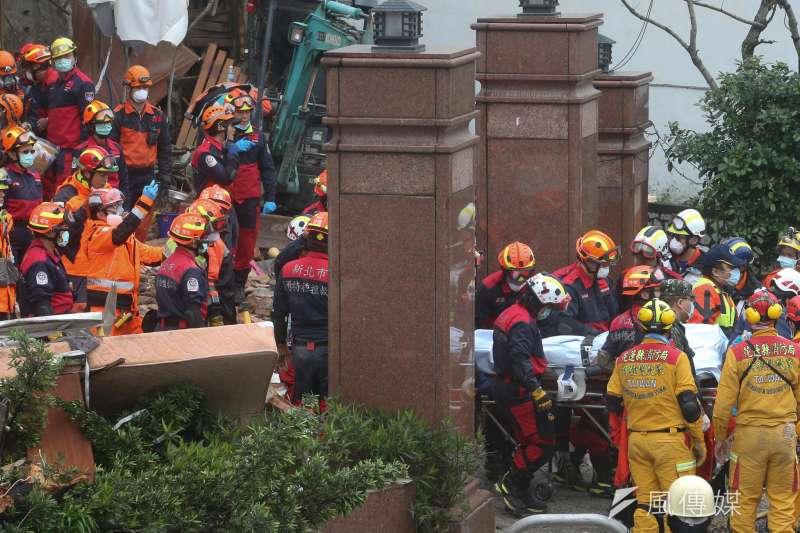2018-02-08-花蓮地震,雲門翠堤大樓救援現場,近午時尋獲一名受困者送醫。(陳明仁攝)