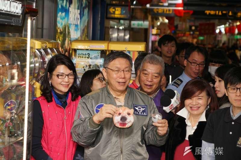 20180209-台北市長柯文哲赴台北地下街發送發財金,途中體驗扭蛋機。(盧逸峰攝)