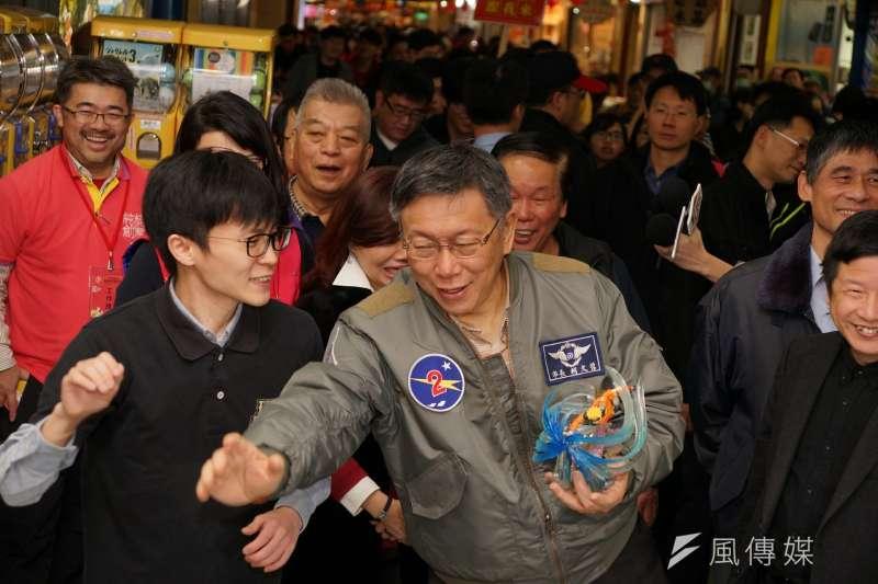 20180209-台北市長柯文哲赴台北地下街發送發財金,與店家互動時模仿日本動畫火影忍者的招式動作。(盧逸峰攝)