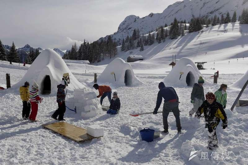 聖西蒙內的冰屋村成為新景點,吸引不少遊客。(美聯社)