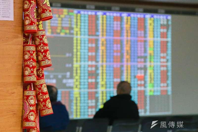 台股全年大漲973.14點,唯獨股王大立光不漲反跌770點,圖為股市封關。(陳明仁攝)