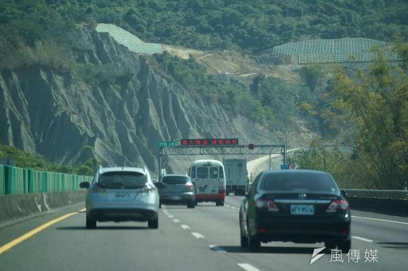 春節返鄉潮湧現,國道高速公路部份路段塞車。圖為國道三號高雄田寮段。(盧逸峰攝)