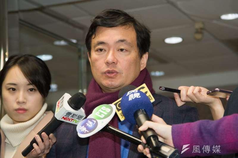 20180221-民進黨秘書長洪耀福發放中央黨部開工紅包,並接受媒體訪問。(甘岱民攝)