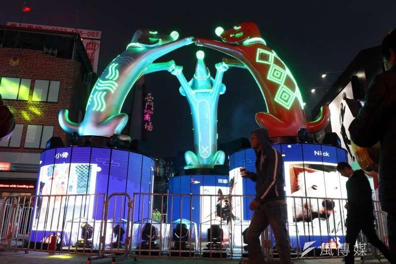 「臺北燈節主燈試運轉活動」晚間登場,傍晚開始已吸引不少民眾駐足欣賞主燈的變化。(蘇仲泓攝)