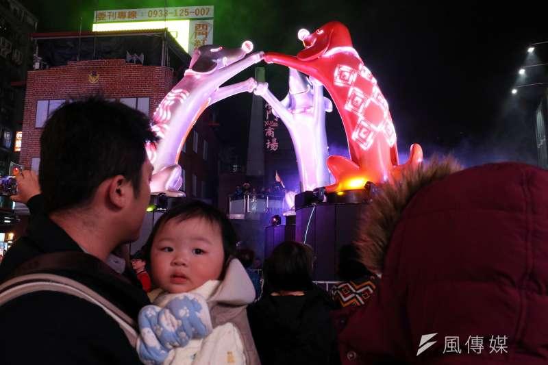 20180223-「臺北燈節主燈試運轉活動」晚間登場,傍晚開始已吸引不少民眾駐足欣賞主燈的變化。(蘇仲泓攝)